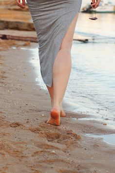 Fashionblogger   Blogger   asymmetrisch   asymmetric   skirt   rock   grau   grey   beach   barfuss   meer   strand   barefoot   girl   sand   spuren im sand   fussabdrücke