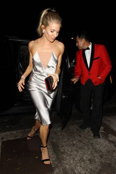 Sienna Miller in Dress – Fleur du Mal Jewelry – Tiffany Co. Purse – Christian Louboutin Mens New Years Eve Outfit Fashion Models, Look Fashion, Runway Fashion, Womens Fashion, Fashion Tips, Tokyo Fashion, Fashion Styles, Milan Fashion Weeks, New York Fashion