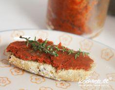 Diese Tomatenpaste habe ich immer im Kühlschrank. Ich verwenden sie für alles mögliche. Zum Pimpen, also um mehr Geschmack in etwas zu bekommen, einfach als Nudelsauce, als Brotaufstrich, als aroma…