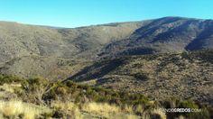 A este lado la Garganta de Cinco Lagunas o del Pinar. Al otro lado la Garganta de la Laguna de Gredos