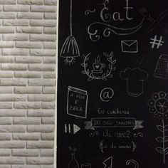 Fiz minha parede lousa usando tinta à óleo preto fosco mas dá pra fazer com adesivo também. Fica lindo!