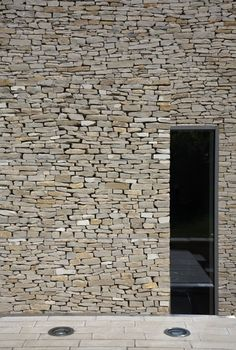 muro de PIEDRA - stone walls - Wickstead Lodge by Baynes & Co Stone Facade, Stone Masonry, Stone Cladding, Exterior Cladding, Dry Stone, Brick And Stone, Stone Walls, Exterior Design, Interior And Exterior