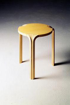 """AALTO Alvar ed. Artek/ Silvera tabouret X600"""", assise en frêne laqué, pieds en lames de frêne massif assemblées manuellement © D.R."""