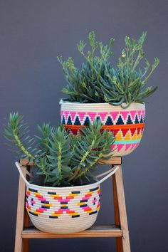 DIY Painted Rope Basket If I haven't cautioned you about the addictive nature of sewing rope baskets, consider this your official warning. Once you start, you just can't stop. All it takes is a foot on the pedal, and a hand to… Handmade Home Decor, Diy Home Decor, Handmade Gifts, Decor Crafts, Diy Cadeau Noel, Diys, Painted Baskets, Woven Baskets, Sewing Baskets
