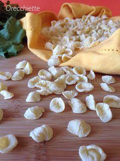 Orecchiette - La tipica pasta pugliese a forma di conchiglia conosciuta con il classico abbinamento alle cime di rapa.