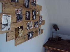 Lattes de bois peintes et clouées au mur, pour y accrocher photos etc.