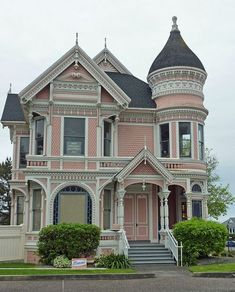 Quaint, pink Victorian-style home. Get the look with Dunn-Edwards Rose Bisque for your home's exterior. Victorian Homes Exterior, Victorian Style Homes, Victorian Architecture, Architecture Design, Victorian Houses, Victorian Decor, Edwardian House, Victorian Interiors, Victorian Cottage
