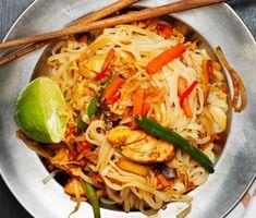 Det här är en typisk thailändsk nudelrätt med kyckling, böngroddar och wokgrönsaker. Hetta kommer från sambal oelek och viss syra från lime.