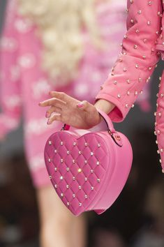 Moschino at Milan Fashion Week Spring 2015 - StyleBistro // barbie pink heart bag Pink Love, Pretty In Pink, Hot Pink, Pink Fashion, Fashion Bags, Milan Fashion, Pink Doc Martens, Rosa Style, Tout Rose
