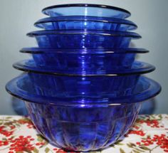 Hazel Atlas Cobalt Blue Rolled Edge Depression Glass Mixing Bowls Set of YES but again would prefer med but still I want this! Antique Glassware, Vintage Kitchenware, Antique Dishes, Blue Dishes, Glass Dishes, Objets Antiques, Love Vintage, Cobalt Glass, Murano