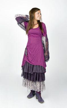 La robe Carméla est portée avec le jupon Jane et l'étole-manches Cassis