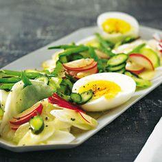 Zweierlei Spargel, Radieschen, Zuckerschoten und Mairüben - mehr Frühling geht nicht! Und dank der gekochten Eier macht der Salat auch gut satt. Foto: Thomas Neckermann