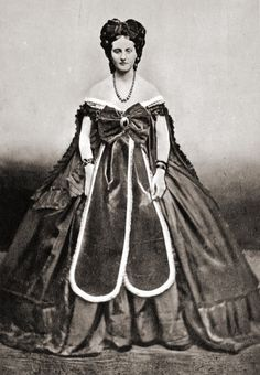 Countess Castiglione wearing dress with two skirt panels by Pierre Louis Pierson I can't even begin to guess why she is wearing this . Victorian Photos, Antique Photos, Vintage Photographs, Old Photos, Vintage Photos, Victorian Dresses, Victorian Era, 1800s Dresses, Victorian Fashion