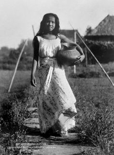 Filipina carrying a clay pot, Philippines, September 1925 Filipino Art, Filipino Culture, Cultura Filipina, Old Photos, Vintage Photos, Philippine Mythology, Philippines Culture, Philippines Tourism, Manila Philippines