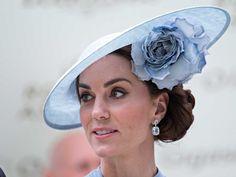 Alors qu'il n'y aura pas d'édition 2020 des courses hippiques d'Ascot pour cause de Covid-19, retour sur les plus belles tenues de la famille royale pour cet événement chic, quintessence de l'élégance à l'anglaise où chapeau, bibi et robe longue sont obligatoires. Lady Diana, Meghan Markle, Robes Elie Saab, Looks Kate Middleton, Courses Hippiques, Alexander Mcqueen, Crown, Ascot, Chic