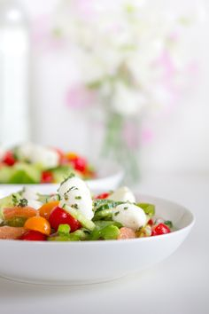 prépare toi une sauce salade gourmande avec les produits de saisons, fruit, agrumes, herbes. il te faut juste sous la main, une planche, un couteau, un mixeur et un shaker. pour les pommes de te... Mozzarella, Shaker, Caprese Salad, Potato Salad, Potatoes, Ethnic Recipes, Beautiful, Salads, Recipe