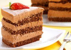 """O <a href=""""http://mdemulher.abril.com.br/culinaria/receitas/receita-de-bolo-chocolate-camadas-483262.shtml"""" target=""""_blank"""">bolo de chocolate em camadas</a> fica ainda mais gostoso com os pedaços de chocolate."""