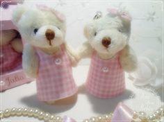 💜💜A mamãe da Julia pediu as ursinhas com vestido. Achei que ficou tãããão fofa!!  Ah! as ursinhas são chaveiros, perfumadas e suuuper fofinhas!! O vestido foi feito com feltro.  Quero saber se vocês gostaram também! Conta o que achou ou deixa seu❤️pra gente tá!!😘  Modelo novinho indo pro site já já!!      #gestante #gravidez #baby #maternidade #bebe #mamae #maedemenina #maedemenino #instababy #mae #gestacao #gestação #bebê #lembrancinha #gravidas #gestantes #instamamae…