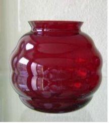 Leerdam robijnrode violenvaasje Copier Grootste maat (+/-11cm hoog) van de drie. Het vaasje is helder en gemerkt.