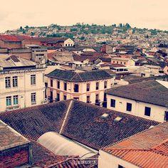 Una vista de altura de la zona centro de #Quito. #Ecuador #Turismo #Tourism #World #LaMitadDelMundo #PhotoOfTheDay #Destinos #Viajes #Travel #Traveling #Cities #citiesoftheworld