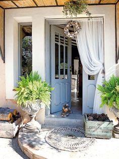 Puerta de entrada a la casa de cristales con barrotillo