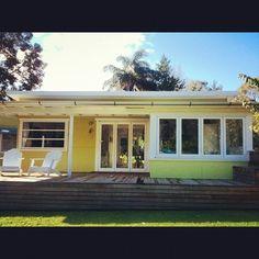 50 s style beach house Retro Beach House, Beach House Decor, Home Decor, Mid Century Exterior, Beach Cottage Style, Coastal Style, Beach Shack, Surf Shack, House Deck