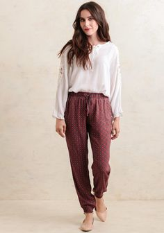 We adore these lightweight and versatile brick-red pants featuring an elastic waistband with a decorative drawstring closure and a darling global-inspired print Vintage Pants, Vintage Outfits, Vintage Fashion, Vintage Clothing, Cool Outfits, Casual Outfits, Outfits With Converse, Professional Outfits, Printed Pants