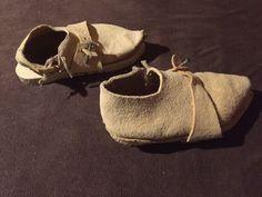 Schuhe und Trippen: Schuhe aus Vegetabil gegerbten Schweinsleder, mit Leinengarn in Sattlernaht auf Links genäht. Dazu Trippen aus Fichtenholz, mit nägeln beschlagen und mit Riemen aus Vegetabil gegerbten Schweinsleder und einem Nagel verschlossen.
