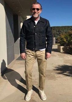 ブラウンジャケット×オフホワイト丸首セーターの着こなし【40代】(メンズ) | Italy Web