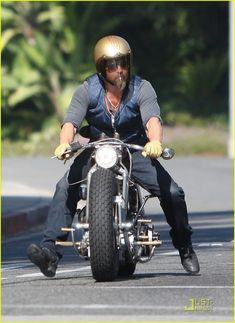 Brad Pitt on his Cafe Racer Bobber Motorcycle, Bobber Chopper, Brad Pitt Motorcycle, Motorcycle Hair, Motorcycle Style, New Motorcycles, Vintage Motorcycles, Hd 883 Iron, Estilo Cafe Racer