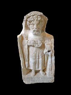Abbaye Saint-Germain d'Auxerre-Stèle funéraire d'homme barbu debout. En provenance de Crain (Yonne). L'inscription indique une dédicace à Minerve. Calcaire. N° d'inventaire: 859.1