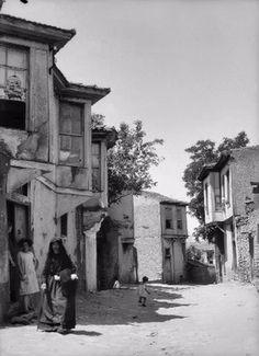 Τρεις γενιές σε ένα δρόμο. Φωτογραφία του Paul Collart - δεκαετία 1920 Old Time Photos, Old Greek, Greece Photography, Macedonia, Athens, Istanbul, The Past, Places To Visit, Black And White