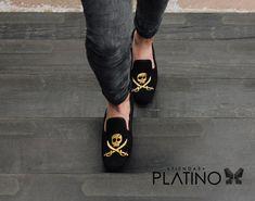 Loafers hechos en México negro diseño pirata $699 de venta exclusiva en Tiendas Platino  www.tiendasplatino.com.mx www.facebook.com/tiendaplatino #HechoenMexico #Loafers #LoafersMexico #Slippers #SlippersMexico #Modamexicana #menstyle #mensfashion #modahombres #calzadomexico #mexico #ropamexicana #menswear #men #calzado #Platino #Cassiusshoes  #TiendasPlatino #fashion #shoes #menstyle #menshoes #style #look