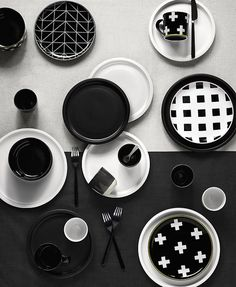 Aura's stoneware brings elegance to the kitchen - The Interiors Addict Dinner Plate Sets, Dinner Plates, Kitchen Sets, Kitchen Decor, Kitchen Trends, Black Bowl, Homewares Online, Side Plates, Modern Ceramics