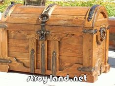Love the look of this trunk! Grandsons would probably like this style.