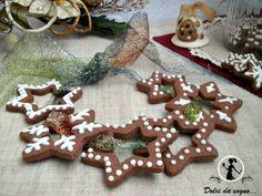 I biscotti stelle di Natale sono i classici biscotti col buco da appendere all'albero. Potete regalarli ai vostri amici o servirli a fine pasto assieme allo spumante e al torrone. Sono ottimi anche per accompagnare un tè o un caffè e per rallegrare la merenda dei vostri bambini.