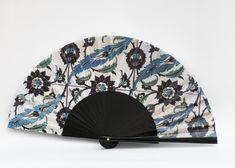 Abanico con varillas de madera natural de sicomoro e impresión digital de la obra en la tela, con logotipo incorporado en la tela o en la varilla. Tela 100% algodón.