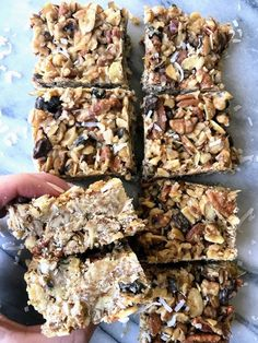NO BAKE NUTTY GRANOLA BARS 😍🕺🏼prepping beach snacks for this weekend and these easy no bake bars are first on the list. A little sweet, a… Healthy Treats, Healthy Desserts, Healthy Breakfasts, Healthy Lunches, Kfc, Nutty Bars, Beach Snacks, Fast Food, No Bake Bars