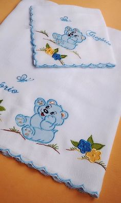 Machine embroidered diaper set with English embroidery finish and fit . Baby Applique, Baby Embroidery, Embroidery Stitches, Embroidery Designs Free Download, Embroidery Patterns Free, Brother Innovis, Baby Sheets, Diy Baby Gifts, Machine Embroidery Projects