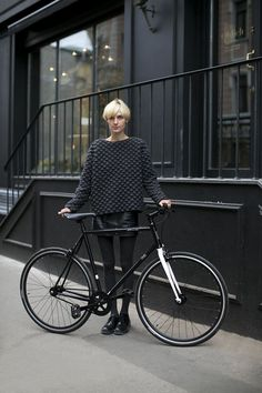 All black fashion insp. Cycle Chic, Hipster Grunge, Grunge Style, Bike Style, Style Me, Cardigan Blazer, Jumper, Fixed Gear Girl, Street Style Vintage
