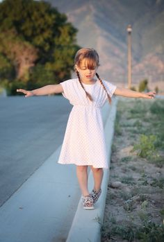 free sewing pattern for this easy girls' play dress pattern in 6 different sizes! 4-14