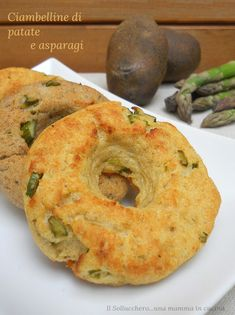 Le ciambelline di patate e asparagi sono golose e saporite. Semplici da realizzare vi sorprenderanno per la loro bontà.
