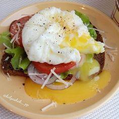 Рецепт яйца пашот: ✅Поставить кастрюлю с кипящей водой! Кружку смазать растительным маслом, положить в нее пищевую пленку, чтобы края свисали! Разбить яйцо, вынуть его вместе с пищевой пленкой, закрутить и поместить в бурно кипящую воду на 3 минуты! Остудить секунд 30! ✅Для бутерброда: Поджаренй на сухой а/п сковороде или гриле бородинский хлеб Листья салата Кольца красного лука Помидор кольца Сыр тертый Черный перец Яйцо пашот!  Приятного аппетита! Автор: @belyashek_pp