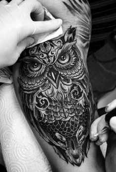 As 200 Melhores Tatuagens de Coruja [Femininas e Masculinas] | TopTatuagens Owl Neck Tattoo, Mens Owl Tattoo, Calf Tattoo Men, Hawk Tattoo, Weird Tattoos, Cute Tattoos, Leg Tattoos, Body Art Tattoos, Sleeve Tattoos