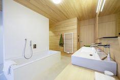 Badewanne aus Stahl-Email mit Einhebelmischer und Handbrause • Dusche mit Punktabfluss, gemauerte Duschwände, Holzdecke (LED-Spot), Ablagenische, Thermostatarmatur, Kopfbrause und Handbrause • Möbelwaschtisch mit Aufsatzwaschbecken aus Keramik und 2 Einhebelmischern • WC mit Lüftung Badmöbel aus Weißtanne, Spiegel mit Licht • fugenloser Boden aus Lehmkasein •Fußbodenheizung•HSH-Installatör • Holz die Sonne ins Haus • ROT-HEISS-ROT Led Spots, Bathtub, Timber Ceiling, Bath Tub, Sun, Steel, Bath Tube, Bathtubs, Bath