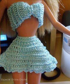 Que tal criar uma roupinha de crochê para a bonequinha de sua filha? Se gosta de tricotar, pode ser