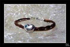 Bracelet en véritables crins de cheval alezan et cordon en cuir rond, perle passante coeur, strass turquoise : Bracelet par doudoux-crins