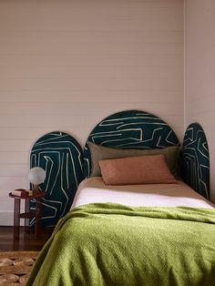 25 Small Bedroom Design Ideas - How to Decorate a Small Bedroom - My Home Designs Bed In Corner, Decoracion Vintage Chic, Australian Interior Design, Small Bedroom Designs, Design Bedroom, Bed Designs, Kids Room Design, Vogue Living, Modern Side Table