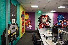 Decorando agência com super heróis e 8000 pos-its na parede