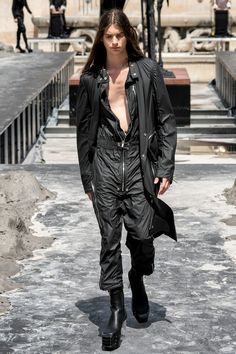 Explore the looks, models, and beauty from the Rick Owens Spring/Summer 2020 Menswear show in Paris on 20 June with show report by Anders Christian Madsen New Mens Fashion, Fashion Line, Men's Fashion, Unisex Fashion, Fashion Lookbook, Gothic Fashion, Fasion, Paris Fashion, Runway Fashion